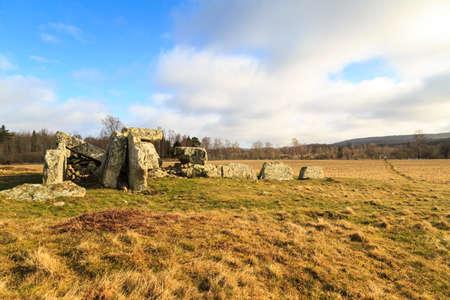 humilde: Tumba de la �poca megal�tica en un campo en Ekornavallen, Suecia con diferentes tipos de tumbas antiguas de diferentes �pocas