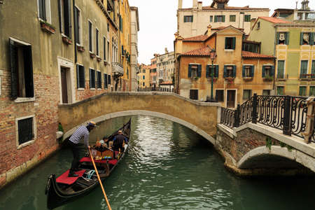 humilde: Venice, Italy – September 25, 2015: Tourists strolling around watching Venice attractions in a cloudy afternoon Editorial