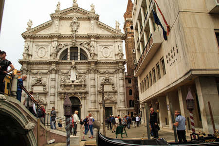 humilde: Venice, Italy – September 25, 2015: Tourists strolling around watching Venice attractions in a cloudy afternoon