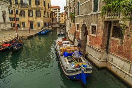 humilde: Venecia, Italia - 25 de septiembre de 2015: Los patrones y otros en sus actividades comerciales de una tarde en el canal