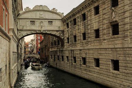 humilde: Venecia, Italia - 25 de septiembre de 2015: Los turistas que dan un paseo alrededor de ver las atracciones de Venecia en una tarde nublada