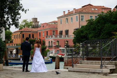 humilde: Venecia, Italia - 25 de septiembre de 2015: La novia y el novio viendo una vista de Venecia en el mediodía Editorial