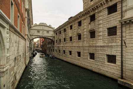 humilde: Venice, Italy – September 25, 2015: Boats passing under the Bridge of Sighs at midday in Venice
