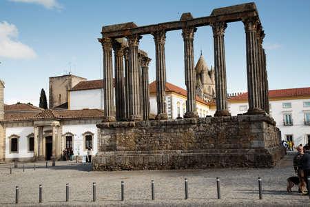 """humilde: Evora, Portugal - 10 abril 2016: La ruina del templo romano fue levantado en honor emperador Augusto y se llama erróneamente """"templo de Diana"""""""