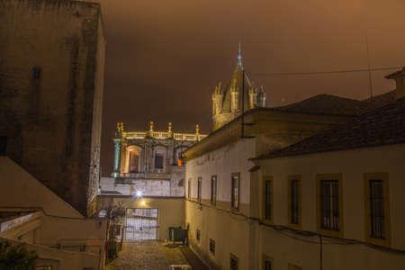 humilde: Ciudad de Évora en Portugal, La catedral iluminada en la noche parece una fortaleza