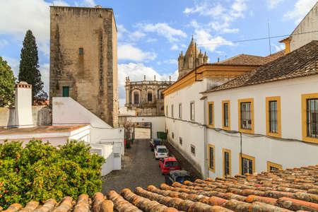 humilde: Ciudad de Evora en Portugal. Catedral de Evora forma vista ventana de un ex monasterio