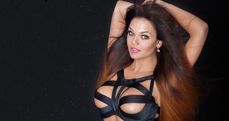 mujer sexy desnuda: mujer morena atractiva que presenta en ropa interior erótica, mirando a la cámara. cuerpo delgado perfecto. Maquillaje del encanto.