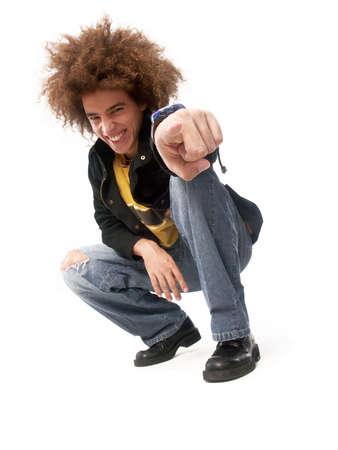 squatting: Hombre joven con peinado afro que apunta a que en el fondo blanco
