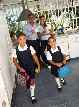 ni�os saliendo de la escuela: Las ni�as hispanas listo para ir a la escuela Foto de archivo