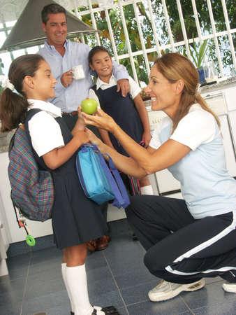 히스패닉계 가족이 학교에 자신의 아이가 준비 스톡 콘텐츠