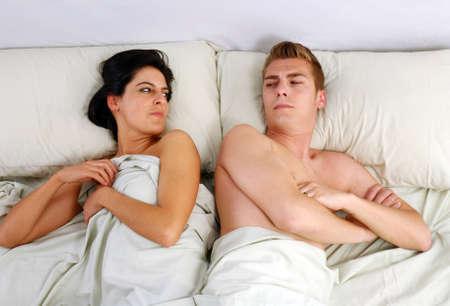 couple fach�: Jeune couple en col�re contre l'autre