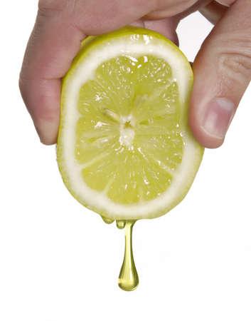 Human main serrant un citron