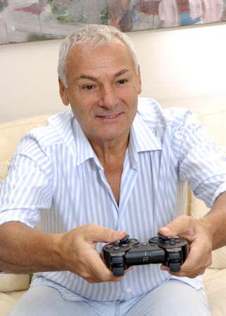 playing video games: Un hombre mayor est� jugando juegos de video