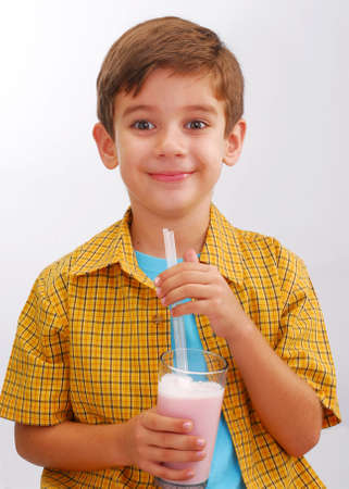 Little kid drinking strawberry milkshake Banque d'images