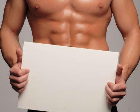 cuerpo hombre: Hombre musculoso y tonificado celebraci�n panel en blanco