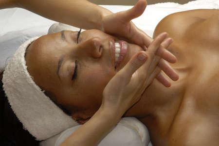 negro: Hermosa mujer de negro joven que consigue un tratamiento facial en el salón de belleza Foto de archivo