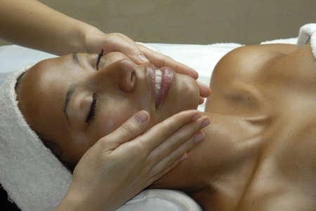 spas: Schöne junge schwarze Frau, die eine Gesichtsbehandlung im Beauty-Salon