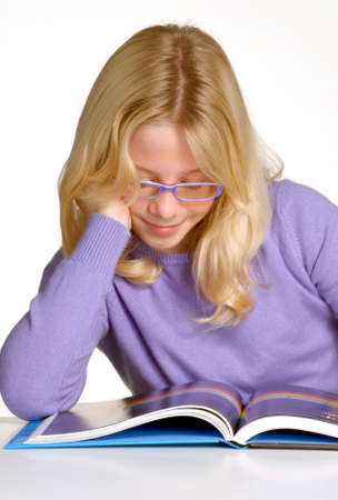 어린 소녀: School little girl reading and studding.