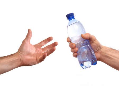 sediento: Dando botella de agua mineral Foto de archivo