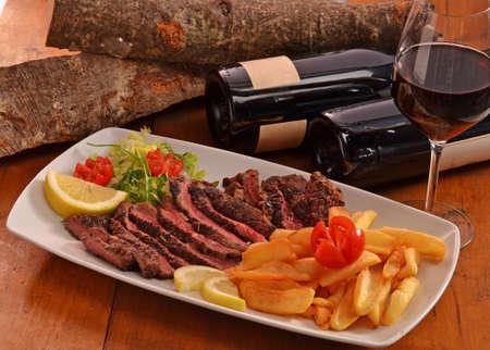 carne asada: Rebanadas de filete de carne a la parrilla en un diash