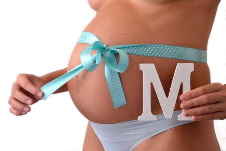 carta de amor: mujer embarazada con lazo azul en su vientre la celebraci�n de una letra m.