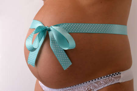 bucle: Pregnant belly detail with a blue loop.