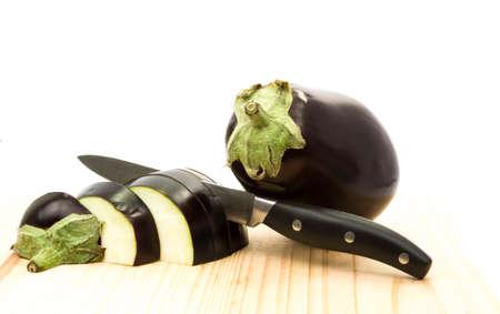 egg plant: berenjena cortada con cuchillo Foto de archivo