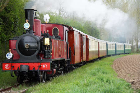 entrenar: Antigua locomotora y vagones en la regi�n de Picardie - Francee