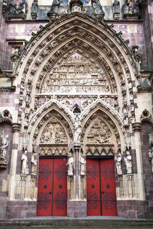 haut rhin: El gran portal de la colegiata de Saint Thibaut de Thann, en Alsacia, Haut Rhin