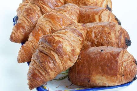 Pain au chocolat et croissants dans un plat sur fond blanc Banque d'images - 35357260