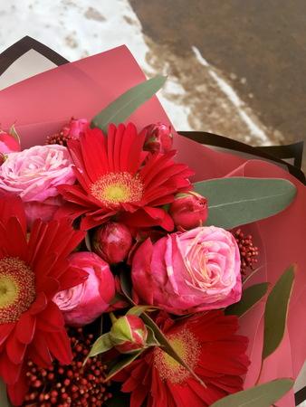 Close-up Beautiful Bouquet. Bouquet of flowersred gerbera and pink roses. Beautiful bouquet of pinkand blue flowers. 版權商用圖片