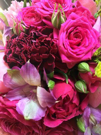 Schöner Blumenstrauß der Nahaufnahme. Blumenstrauß Solidago, Freesie, rosa Rosen, rosa Dianthus. Schöner heller Blumenhintergrund.