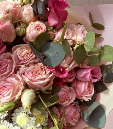 Mixed colorful flowers. Flowers bouquet including pink spray roses, camomiles and eucalyptus. Beautiful bright flowers background. Banco de Imagens