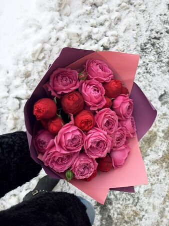 Beautiful red and pink rose bouquet, valentine romantic bunch of fresh rose flowers. Banco de Imagens