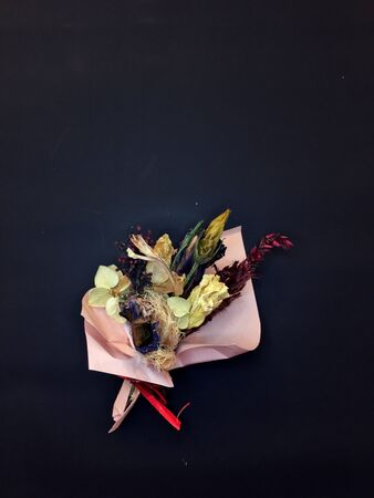 Mini dried bouquet of flowers. Beautiful dry bouquet. Banque d'images - 132122330