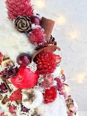 Kreativer Weihnachtsbaum handgemachter, weißer, roter und goldener Weihnachtsbaum. Weihnachtsbaumdekor im Makro. Weihnachtsbaum Hintergrund.