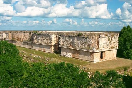 horizont: Ancient mayan site with old buildings and trees