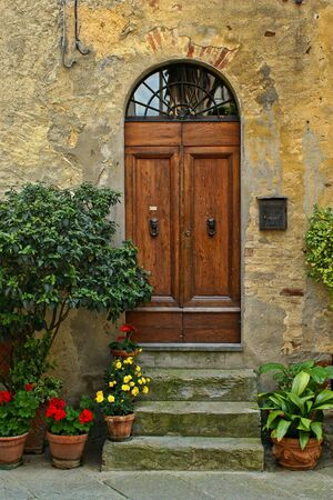 A door in the Tuscan region of Italy 免版税图像