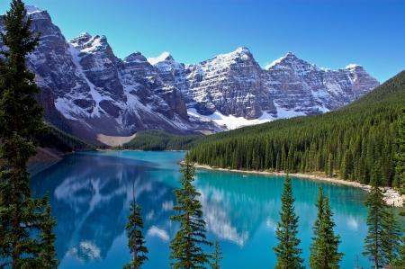 レイク ・ ルイーズ、カナダの近くの Morraine 湖を囲む山々 の眺め