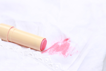Tache de rouge à lèvres sur les vêtements blancs de la vie quotidienne Banque d'images