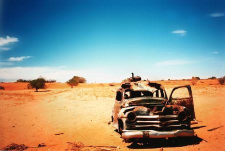 coche antiguo: coche viejo en el desierto Foto de archivo