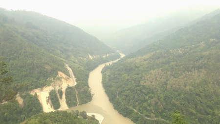 river pass through the mountais