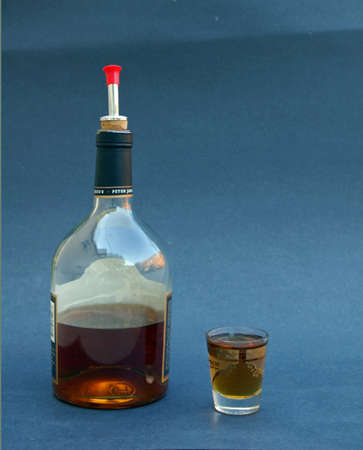whiskey bottle: Botella de whisky y dispar�