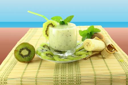 kiwi en banaan milkshake in blauwe achtergrond
