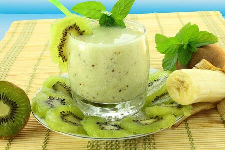 kiwi en banaan smoothie in blauwe achtergrond