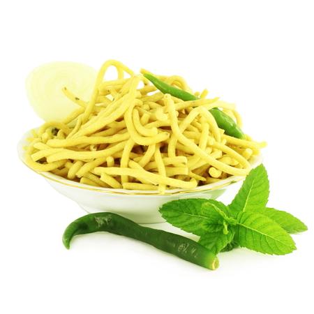 ganthia sev 麺または純粋な白の背景で春雨インド料理おやつ