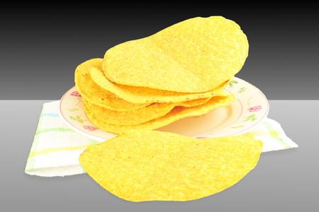 tortilla de maiz: conchas de tortilla de maíz tostada en el fondo blanco negro Foto de archivo