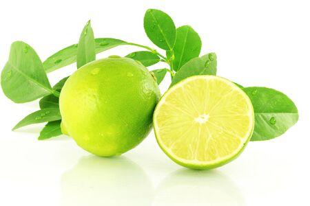 新鮮なレモン ライムの柑橘系の果物の葉と白い背景で切削