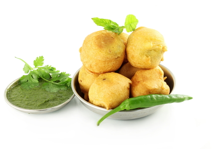 botanas: pakoda vada patata o buñuelo merienda comida india en fondo blanco puro