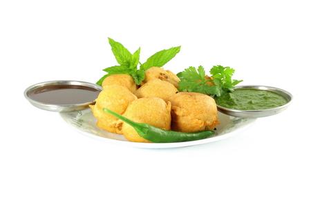 Kartoffel vada Pakoda oder fritter indisches Essen Snack in reinen weißen Hintergrund